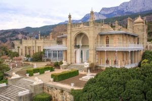 воронцовский дворец и горы крыма